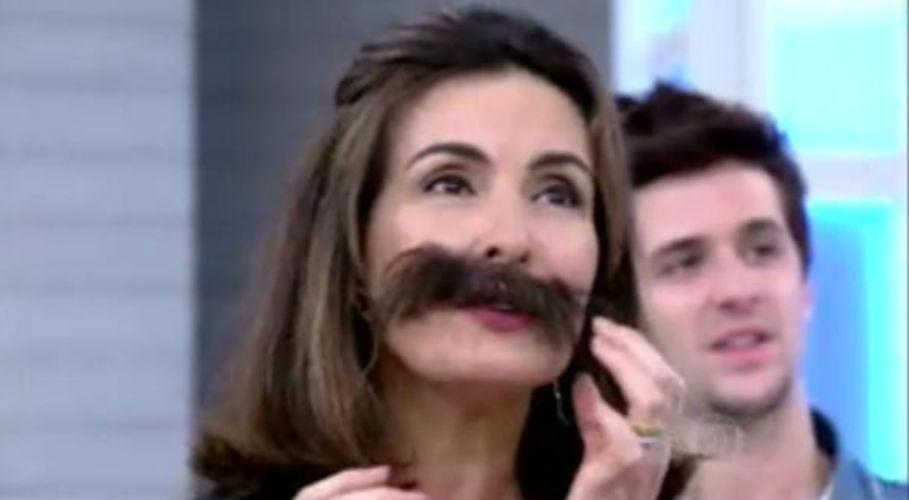"""18.set.2015 - Usando bigode, Fátima Bernardes dubla a música """"Love of My Life"""", do Queen, no """"Encontro"""" especial sobre o primeiro dia de shows do Rock in Rio"""