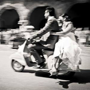 Para chegar a cerimônia pode (quase) tudo, desde que combine com o estilo dos noivos - Getty Images