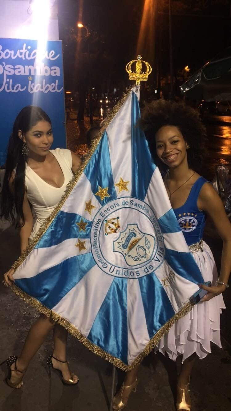Sheislane Hayalla (esq), que ficou conhecida depois de arrancar a coroa da vencedora do concurso de Miss Amazonas 2015, foi ao ensaio de rua da Vila Isabel, realizado neste domingo (6)