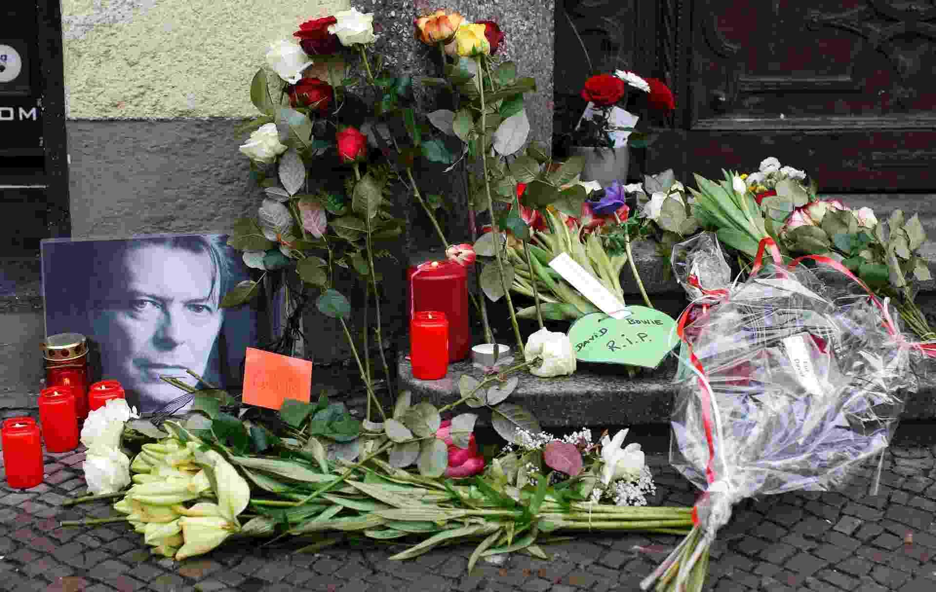11.jan.2016 - Flores e velas são acesas ao lado de um retrato de David Bowie deixado por fãs em frente ao apartamento onde o cantor morava, em Schoeneberg, em Berlim, na Alemanha - Fabrizio Bensch/Reuters