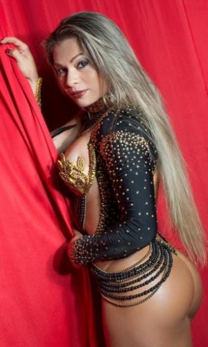 Com look revelador, Samara Carneiro, destaque da Mocidade Alegre, posa para fotos no barracão