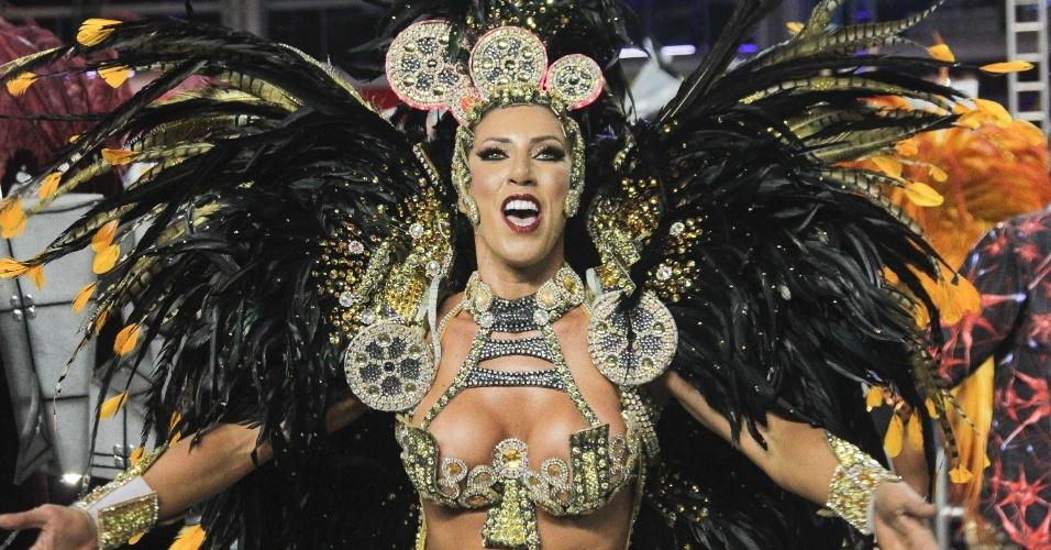 6.fev.2016 - A rainha de bateria Tatiane Minerato levanta a torcida com o samba-enredo da Gaviões da Fiel