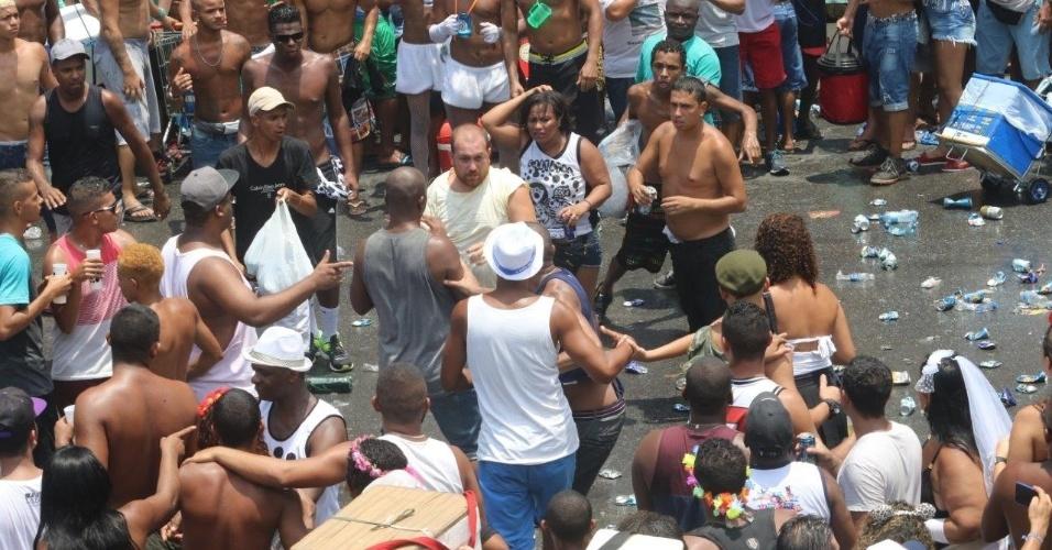 6.fev.2016 - Maior e mais antigo bloco do Rio de Janeiro, o Cordão da Bola Preta foi marcado por pouco policiamento e muita confusão