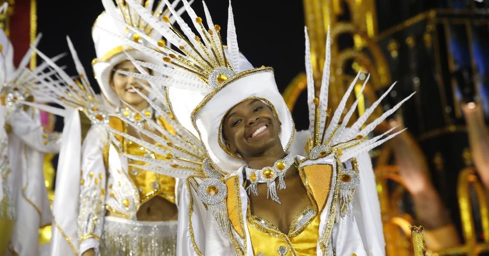 6.fev.2016 - Passista da escola Nenê de Vila Matilde se prepara para entrar no Anhembi no Carnaval 2016 de São Paulo