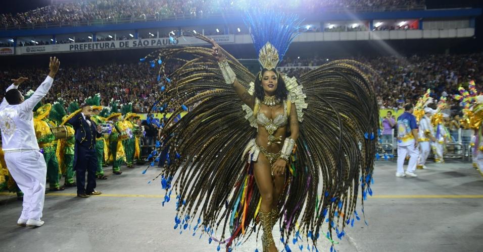 7.fev.2016 - Aline Riscado estreia no Carnaval de São Paulo como Rainha de Bateria da Acadêmicos do Tucuruvi