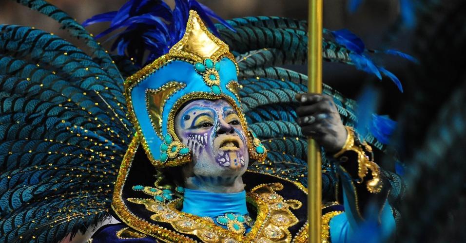 7.fev.2016 - Detalhe da maquiagem de folião do Império de Casa Verde, que investigou os mistérios da humanidade em seu samba-enredo na madrugada deste domingo