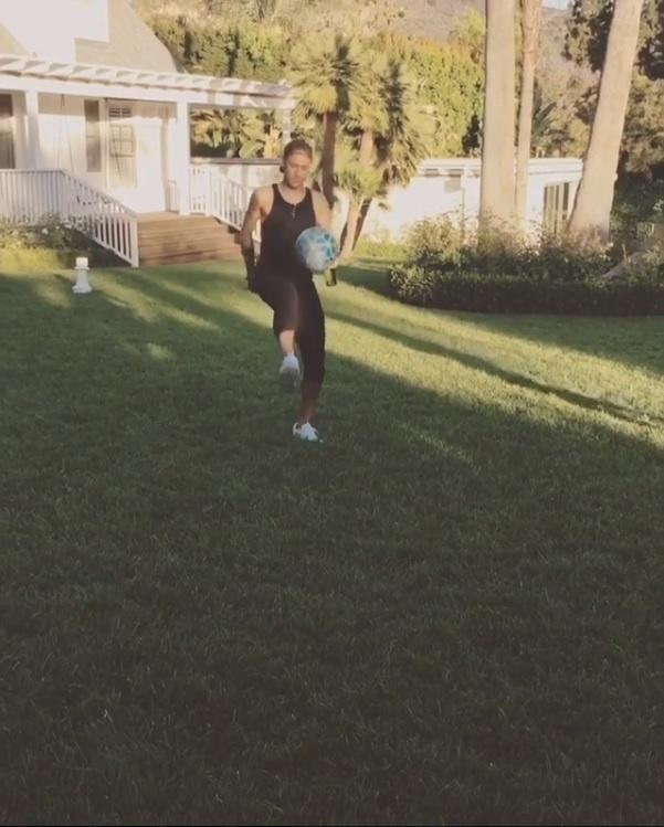 3.jun.2016 - Neymar bate bola com Justin Bieber na casa do cantor