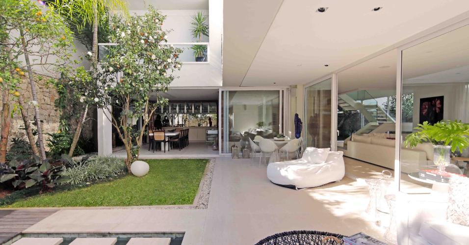 Todos os ambientes da casa são integrados, assim estar, varanda, espaço 'gourmet', jardins e piscina se comunicam integralmente. Deste ângulo, se vê o terraço da suíte, no piso superior. A casa do condomínio Bauhaus leva a assinatura da arquiteta Monica Drucker