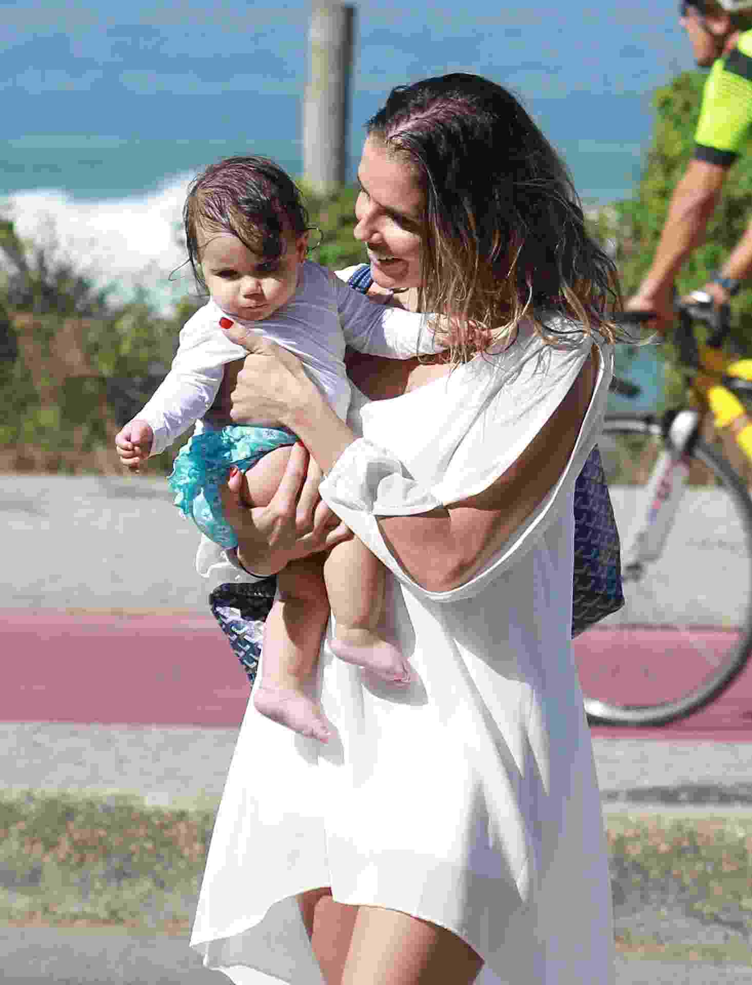 11.jul.2016 - Deborah Secco aproveita a segunda-feira de folga e vai com marido e filha, Maria Flor, na praia da Barra da Tijuca, no Rio - Dilson Silva/Agnews