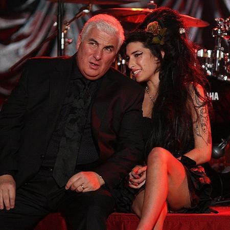 Amy Winehouse com seu pai, Mitch, em 2008, durante evento em que acompanhou o Grammy diretamente de Londres. Na ocasião ela ganhou 5 dos 6 prêmios que havia sido indicada - Peter Macdiarmid/Getty Images