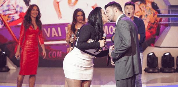 Apresentadora Fabíola Gadelha busca namorado na TV e beija pretendente - Edu Moraes/TV Record