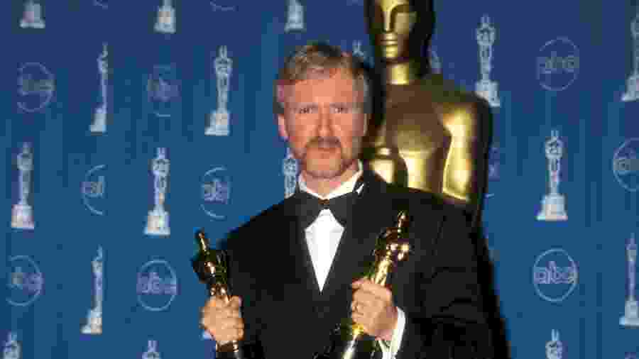 """James Cameron é vencedor do Oscar de melhor direção por """"Titanic"""" (1998) - Getty Images"""