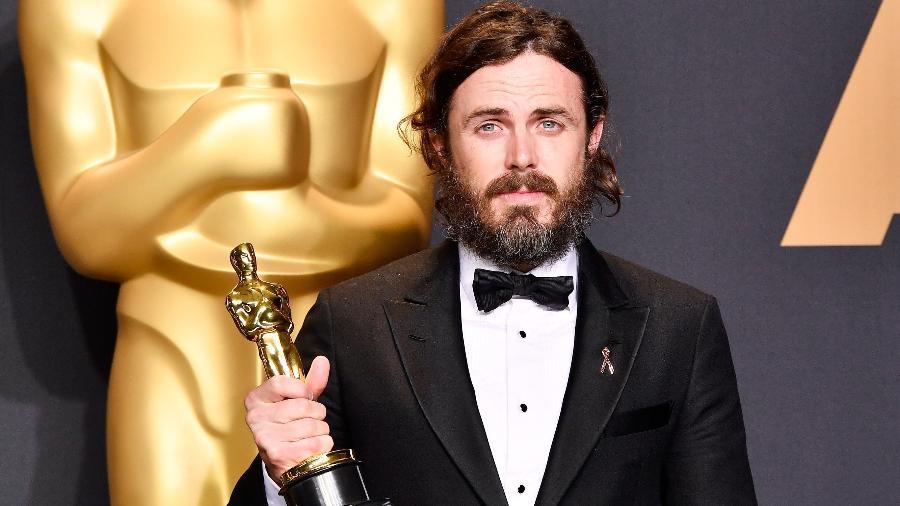 """Casey Affleck, escolhido melhor ator no Oscar 2017 por """"Manchester À Beira-Mar"""", exibe sua estatueta dourada - Frazer Harrison/Getty Images"""