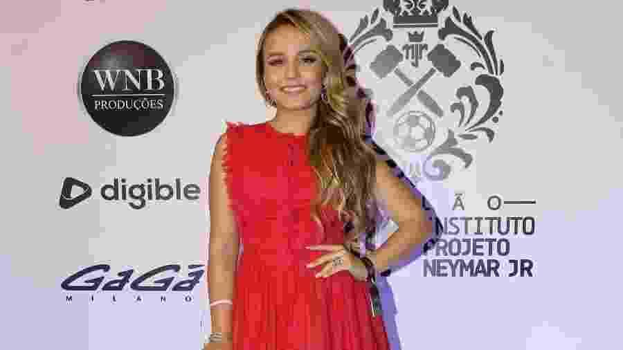 Leilão de Neymar tem tarde com Larissa Manoela e fone de ouro de R  40 mil 84d0bd8c4c