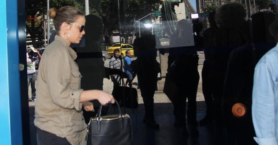 Leandra Leal é vista chegando ao Teatro João Caetano, no Rio, onde o corpo de Rogéria é velado