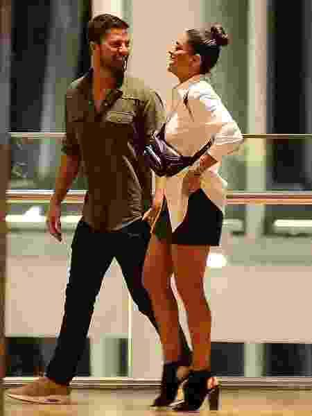 Juliana Paes usa pochete no shopping - Webert Belicio/AgNews