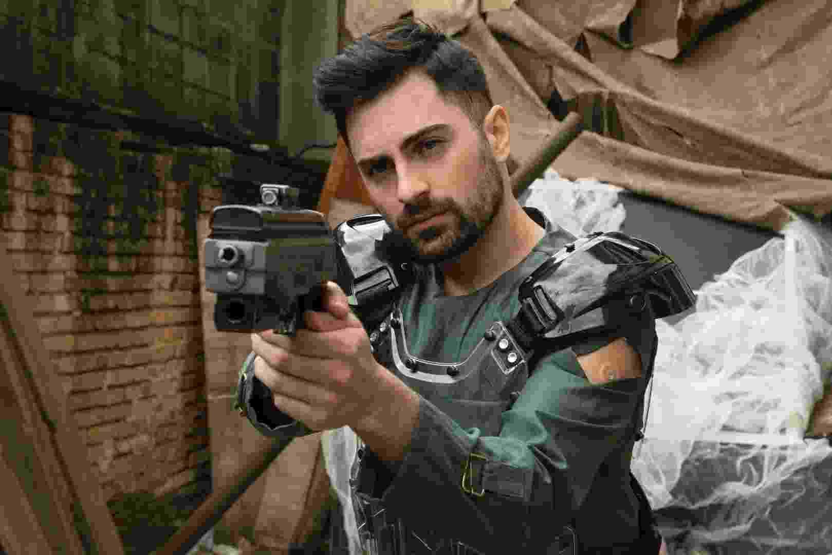 """Rafael (Rodolfo Valente) surge armado em foto da segunda temporada de """"3%"""" - Divulgação"""