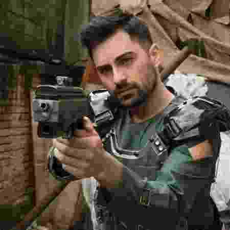 """Rafael (Rodolfo Valente) surge armado em foto da segunda temporada de """"3%"""" - Divulgação - Divulgação"""