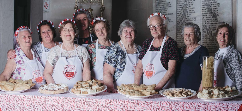 """As """"mamas"""" da Festa de São Vito, no Brás, encaram sete finais de semanas de maratona no fogão a partir de hoje - Carine Wallauer/UOL"""