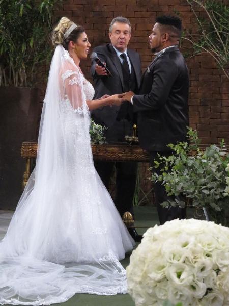 Tati Minerato e Marcelo Galatico no dia do casamento em sítio - Renato Cipriano / Divulgação