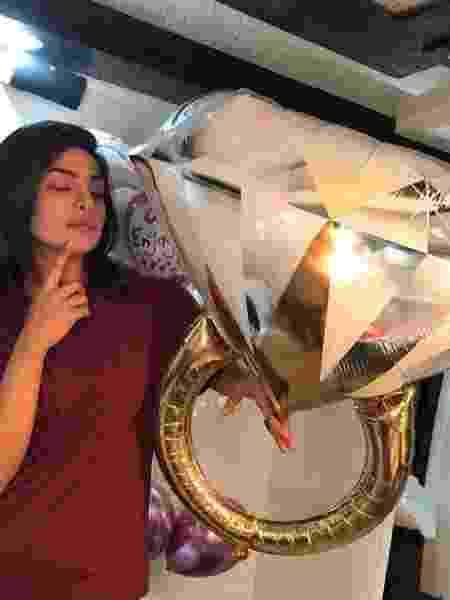 """Priyanka Chopra e seu """"anel de noivado"""" - Reprodução/Instagram/priyankachopra"""