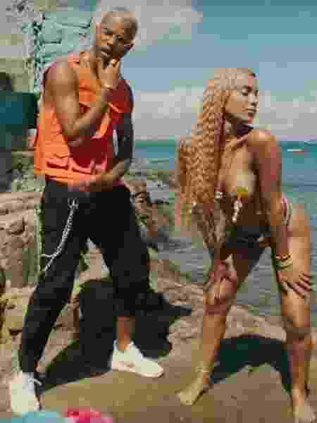 "Mc Zaac e Anitta no clipe ""Bola Rebola"" - Reprodução/Youtube"