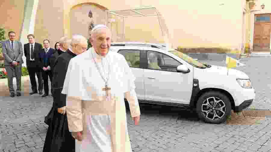 Papa Francisco recebe Dacia Duster no Vaticano - Divulgação