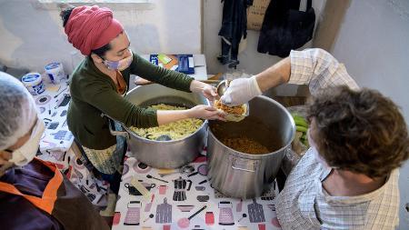 Voluntários da cooperativa Mula preparam refeições para distribuir em Barreiros, região dos subúrbios de Lisboa - Getty Images