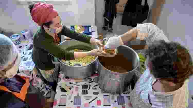 Voluntários da cooperativa Mula preparam refeições para distribuir em Barreiros, região dos subúrbios de Lisboa - Getty Images - Getty Images