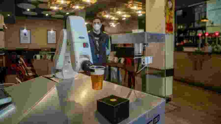 Garçom-robô serve copo de cerveja no bar Gitana Loca, em Sevilha - Europa Press via Getty Images
