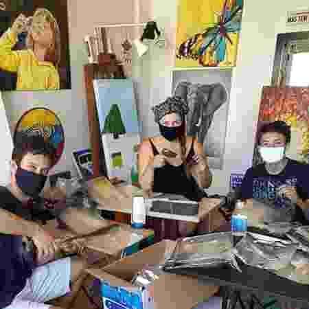 Ninibi e Leo trabalhando em casa ao lado de um dos filhos - Arquivo Pessoal - Arquivo Pessoal