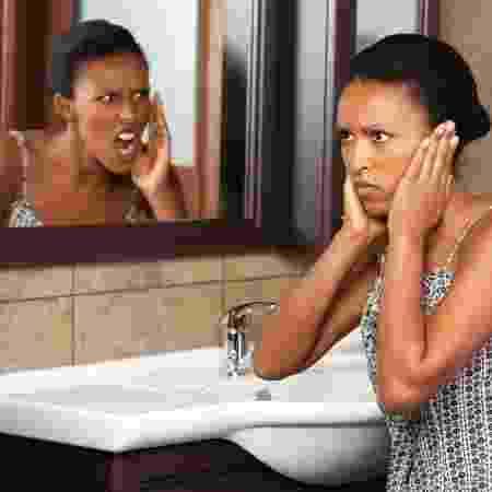 Confronto com espelho autoaceitação - iStock - iStock