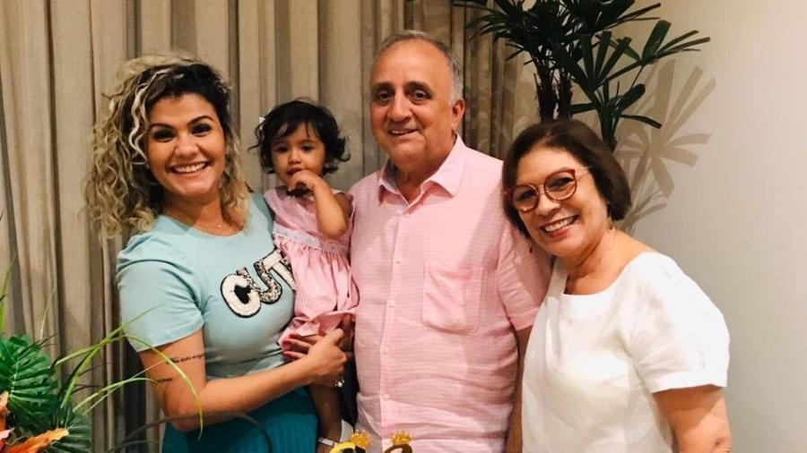 Thalita com a filha, o sogro e a sogra, Maria Auxiliadora - Arquivo pessoal