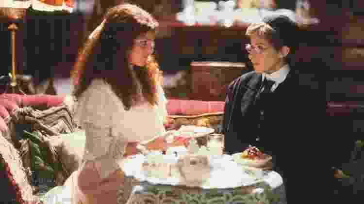 Amy Irving (à esq.) com Barbra Streisand em cena de 'Yentl' - Reprodução - Reprodução