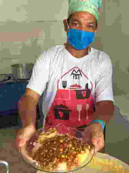 O chef Ronaldo de Freitas Roque, que comanda cozinha comunitária em Brasilândia, SP - Adriana Terra/UOL - Adriana Terra/UOL