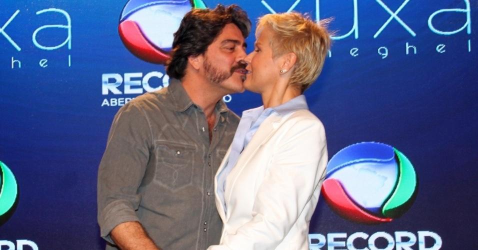 11.ag.2015 - Xuxa e Junno se beijam durante a coletiva de imprensa do novo programa da apresentadora, que estreia dia 17 de agosto.