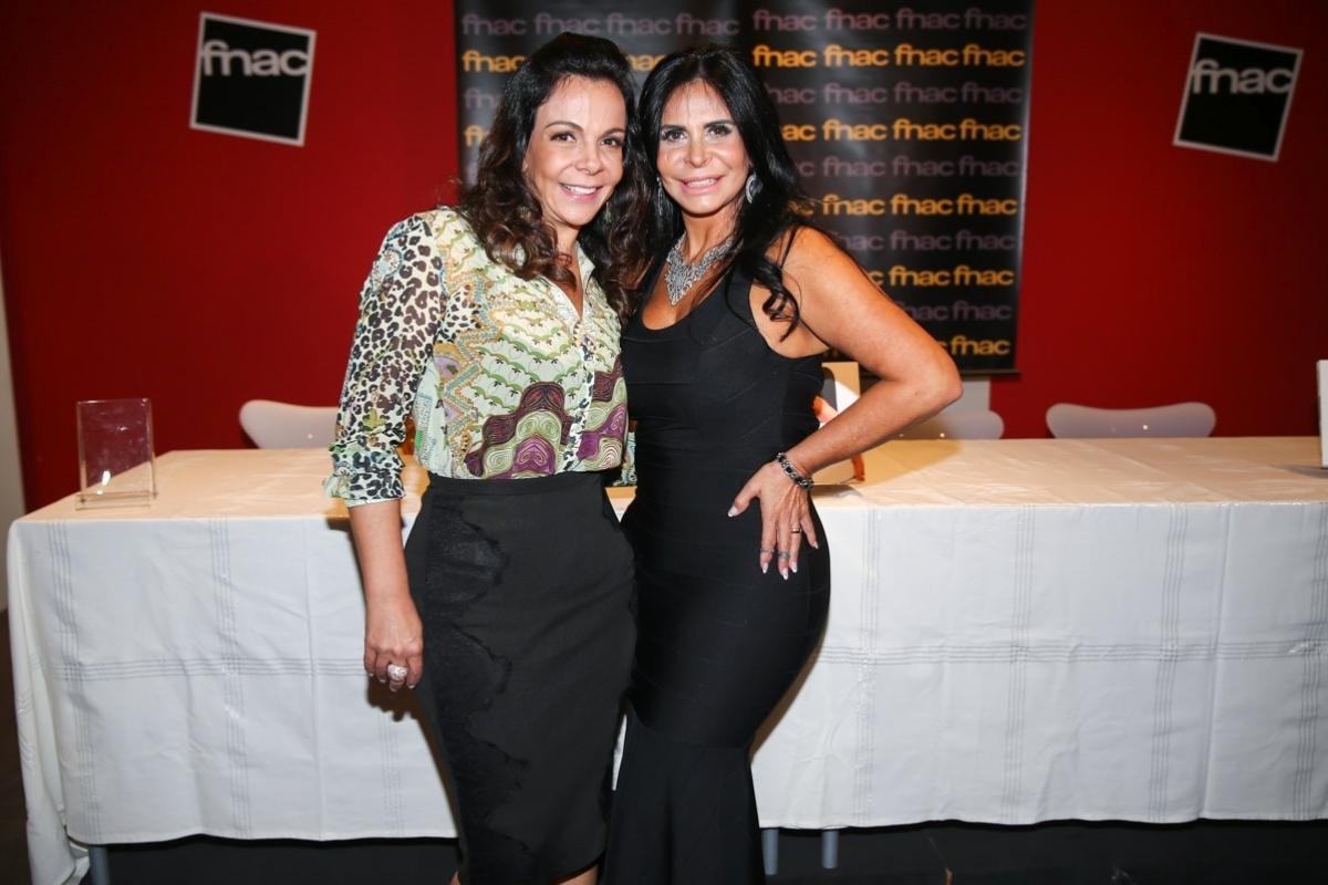 22.out.2015 - Sula Miranda posa com a irmã Gretchen no lançamento da biografia da Rainha do Bumbum, em uma livraria em São Paulo