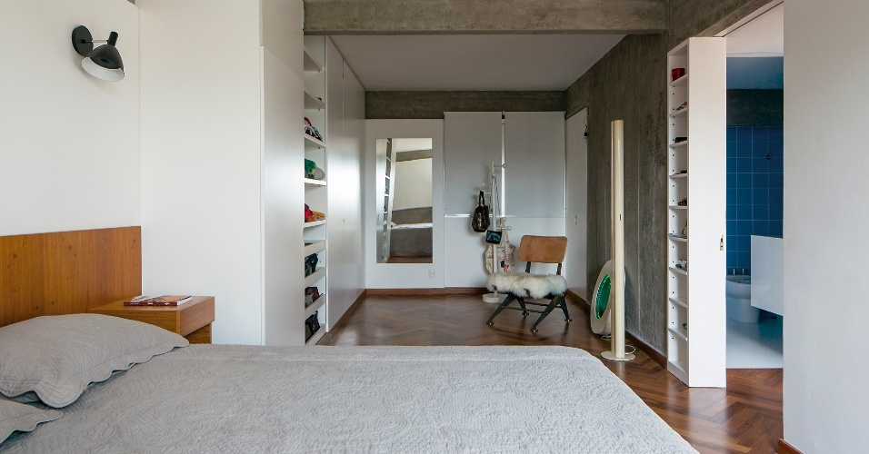 No dormitório, a marcenaria do closet tem acabamento laqueado branco e as janelas receberam persianas rolo. A arquitetura de interiores, projetada pelo escritório Pascali Semerdjian, é complementada pelos móveis assinados por nomes como Christian Dell e Sergio Rodrigues