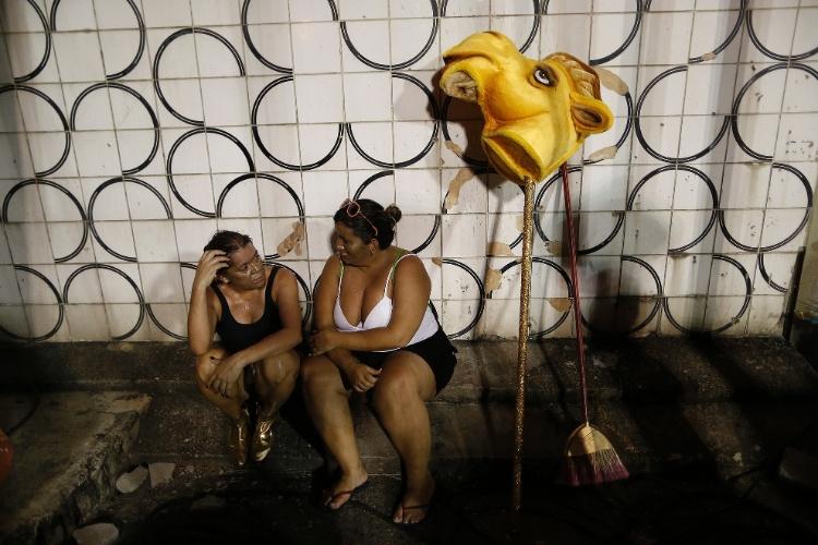8.fev.2016 - Após desfilarem, integrantes batem papo e descansam, na Sapucaí