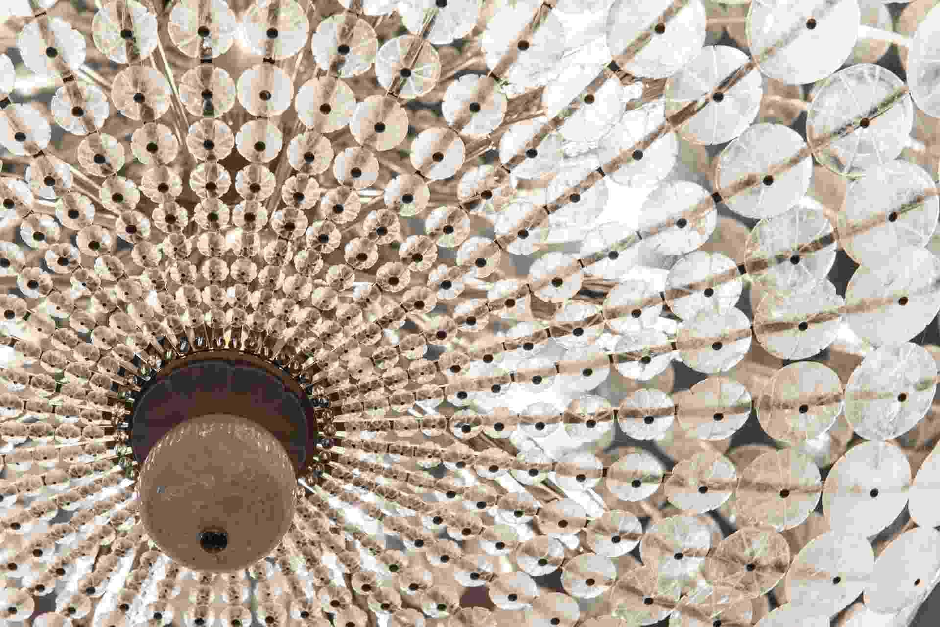 O lustre em cristal chama a atenção do visitante da edição paulistana da Casa Cor 2016. Vendido na Passado Composto (www.passadocomposto.com.br), é feito à mão em cristal de rocha e encontrado no espaço Galeria da Imagem, de André Carício - Katia Kuwabara/UOL