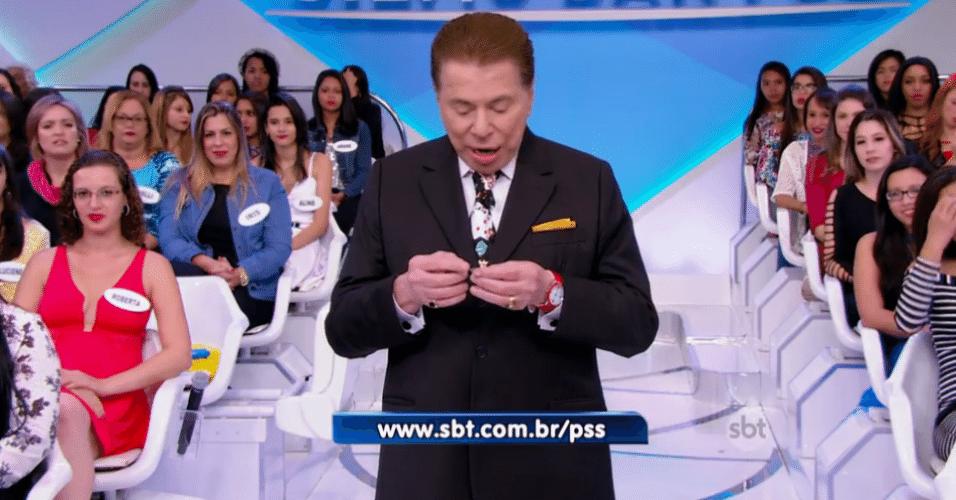 24.jul.2016 - Silvio Santos deixa a lente de contato cair