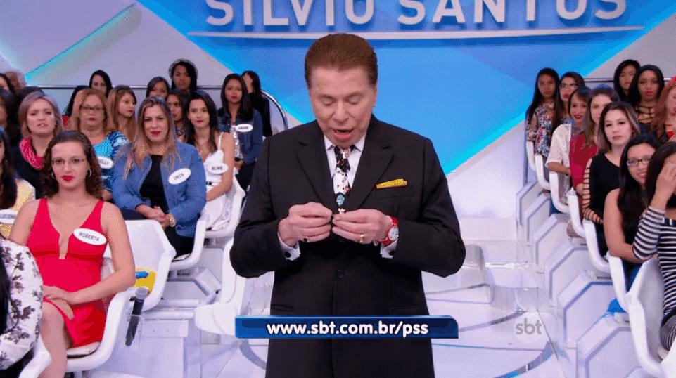 24.jul.2016 - Silvio Santos deixa a lente de contato cair - Reprodução/TV Globo