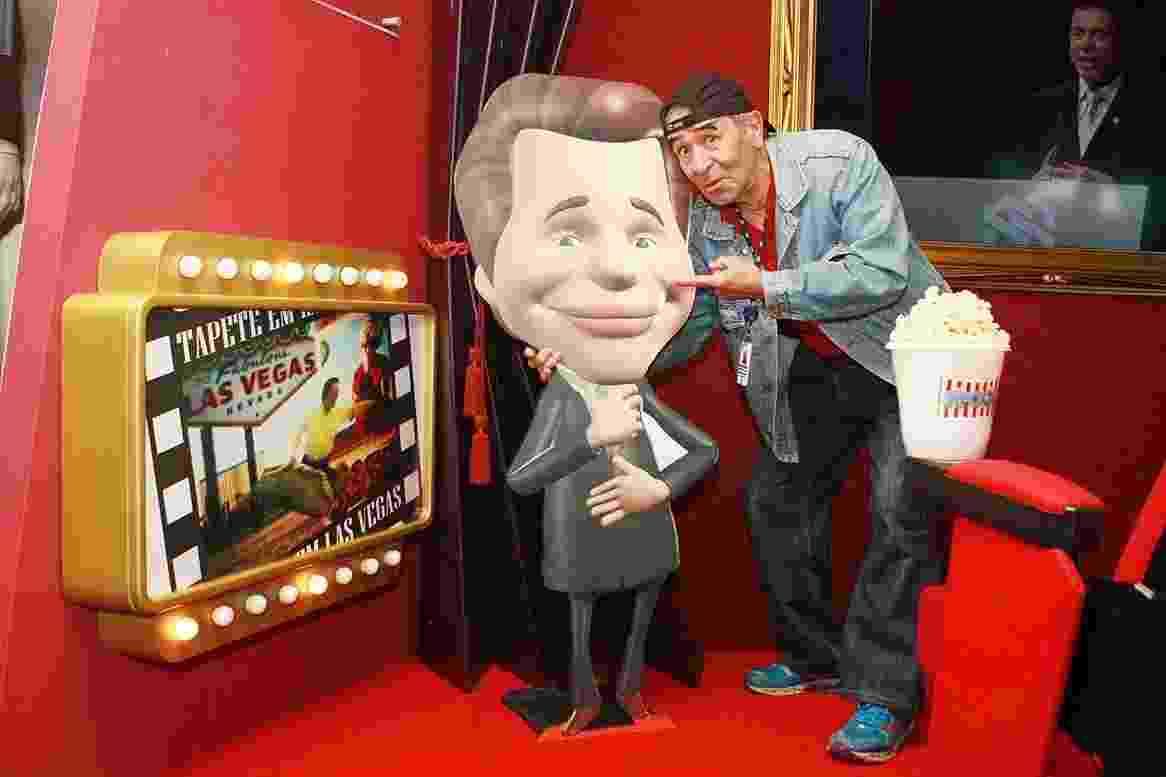 Ivo Holanda abraça caricatura de Silvio Santos no SBT - Roberto Nemanis/SBT