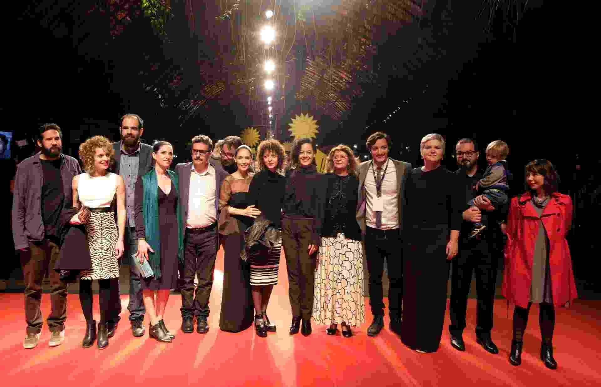 """26.ago.2016 - A equipe do filme """"Aquarius"""", do cineasta Kleber Mendonça Filho, que abriu a edição 2016 do Festival de Gramado - Edison Vara/Pressphoto"""