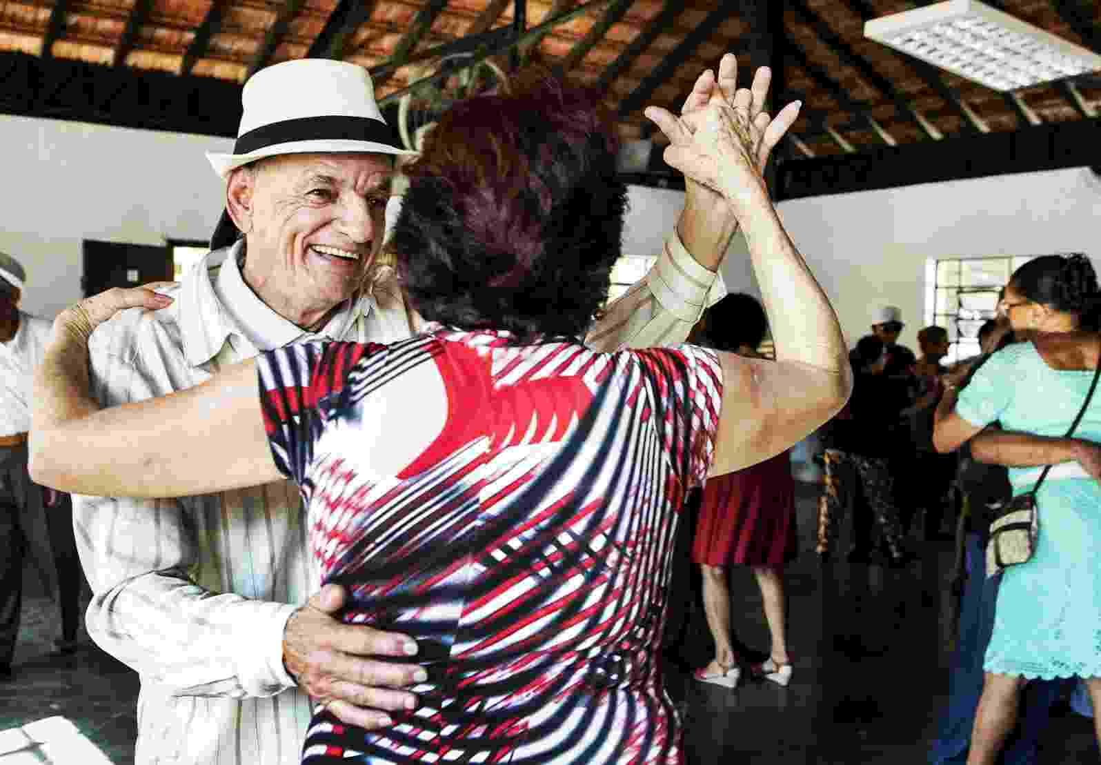 Idosos se divertem três vezes por semana em baile no Parque da Água Branca, em São Paulo - Mariana Pekin/UOL