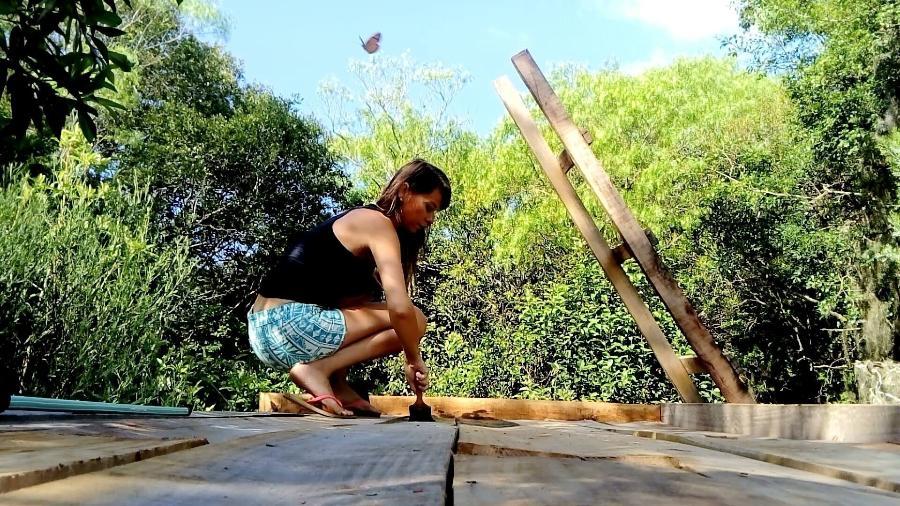 Amanda trabalhando na construção de um banheiro seco em um sítio na Inglaterra - Arquivo Pessoal