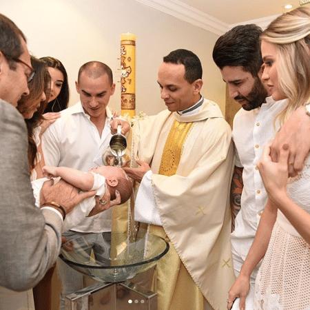 Gusttavo Lima e Andressa Suita no batizado do filho - Reprodução/Instagram/andressasuita