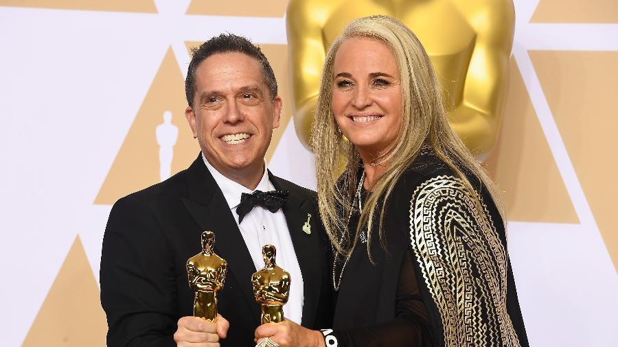"""Lee Unkrich e Darla K. Anderson recebem o Oscar de melhor animação por """"Viva - A Vida É Uma Festa"""" - Frazer Harrison/Getty Images/AFP"""