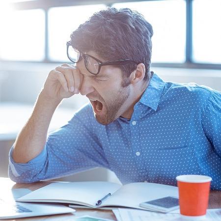 Dormir poucas horas e com má qualidade vai te deixar mal-humorado e respondão - iStock
