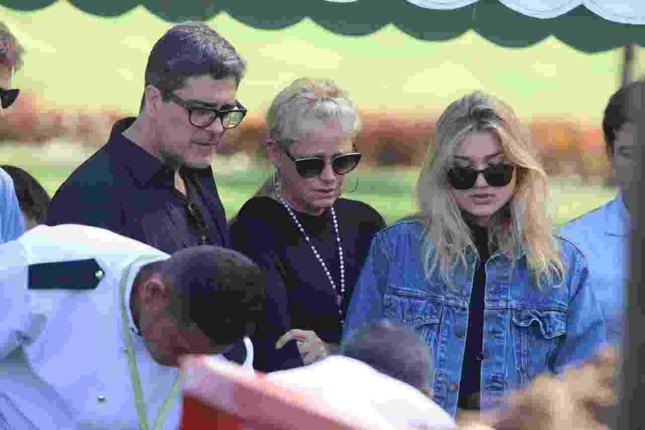 Junno Andrade, Xuxa Meneghel e Sasha se emocionam em enterro de dona Alda - Daniel Pinheiro/AgNews